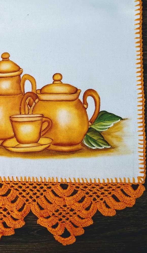 O pano de prato com barrado em crochê ainda pode te render uma graninha. Faça e venda!