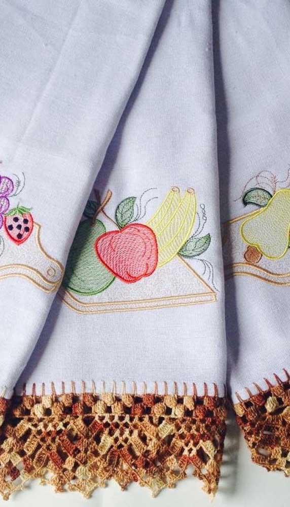 Frutas bordadas no centro do pano de prato e biquinho de crochê nas bordas