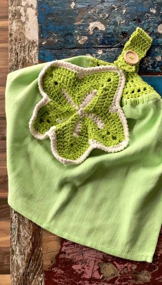 Aqui, o barrado de crochê do pano de prato serve também como gancho para pendurá-lo