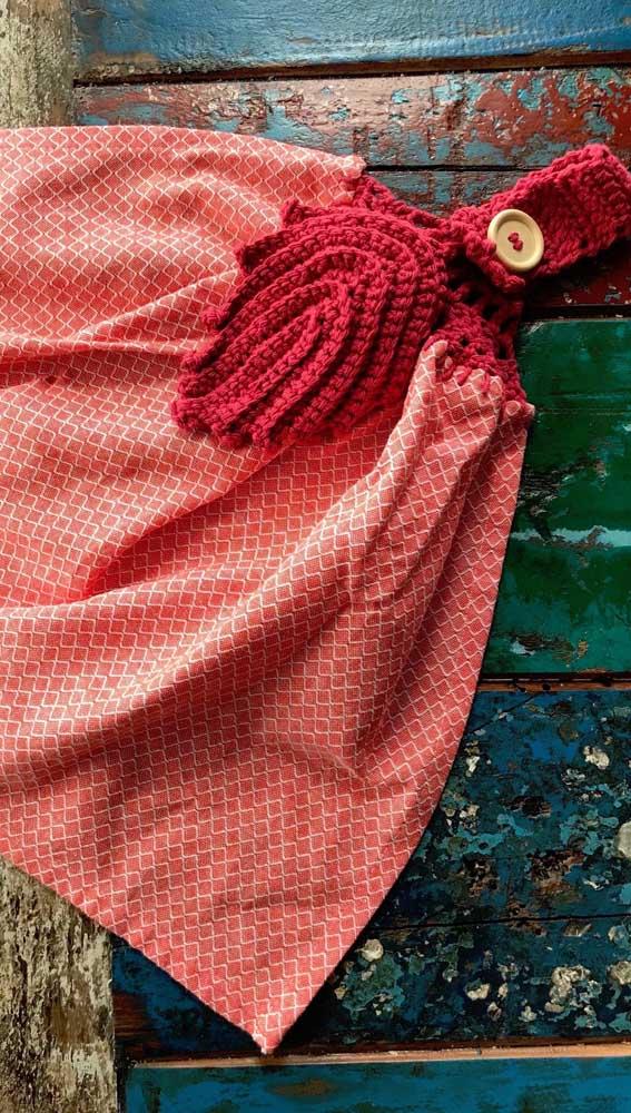 O suporte de crochê vermelho realça a tonalidade do pano de prato