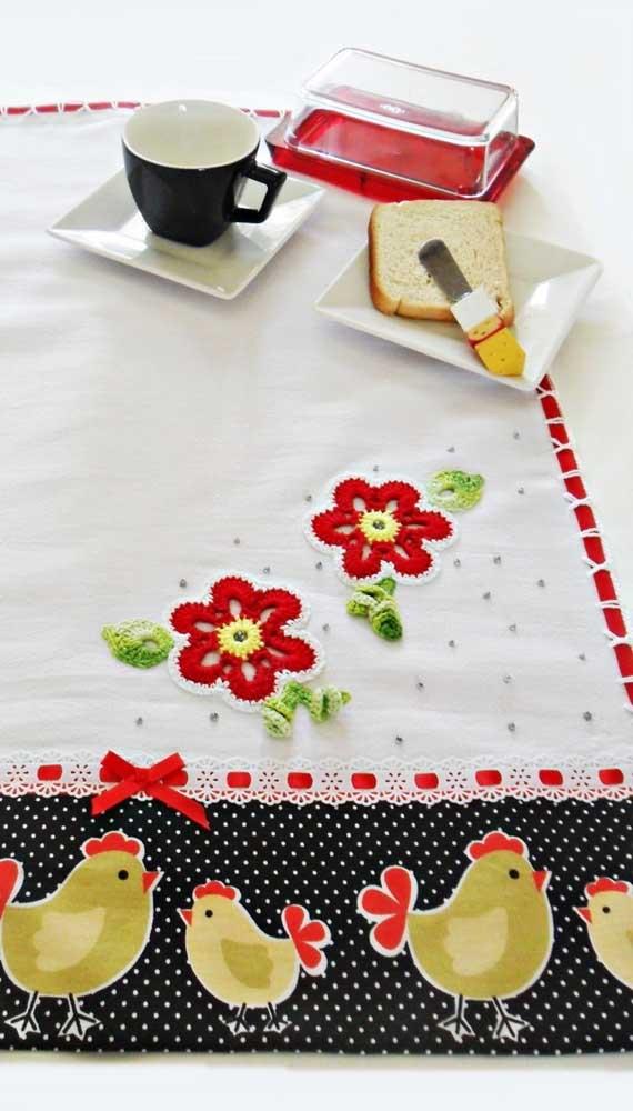 Uma fofura esse pano de prato com barrado de galinhas e flores em crochê