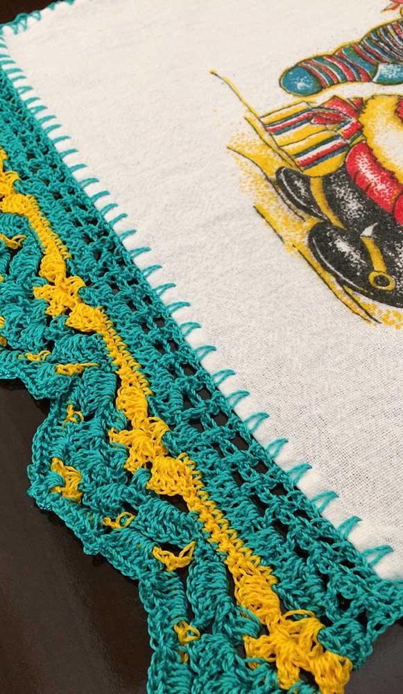 O barrado de crochê não precisa acompanhar toda a volta do pano de prato, um lado só é o suficiente