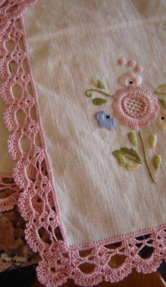 Opção rústica e romântica de pano de prato com barrado de crochê