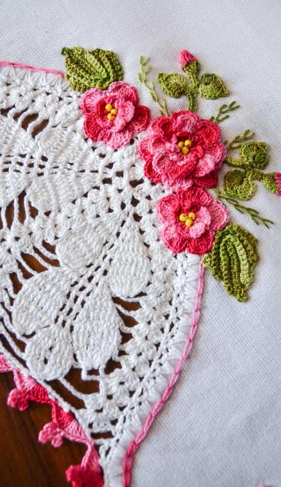 Já nesse outro pano, o trabalho em crochê é mais elaborado e refinado