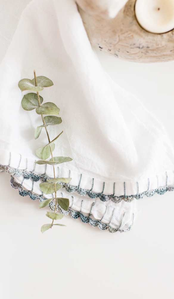 Bico de crochê simples para o pano de prato. O degradê de tons de verde é o que mais chama atenção nesse trabalho