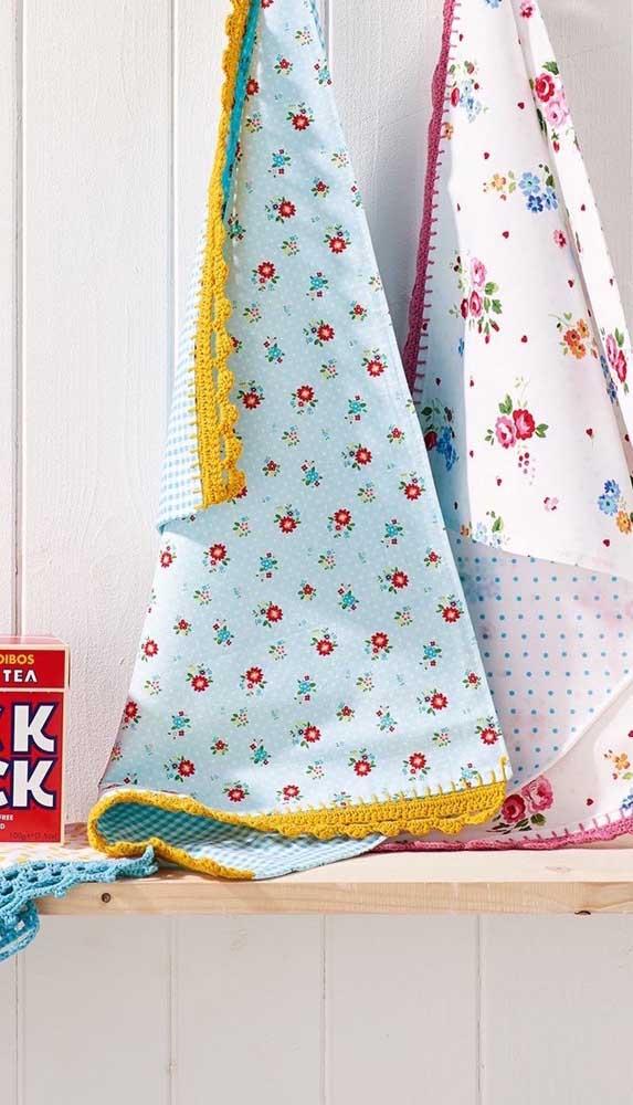 Panos de prato floridos com barrados de crochê acompanhando as cores das flores estampadas