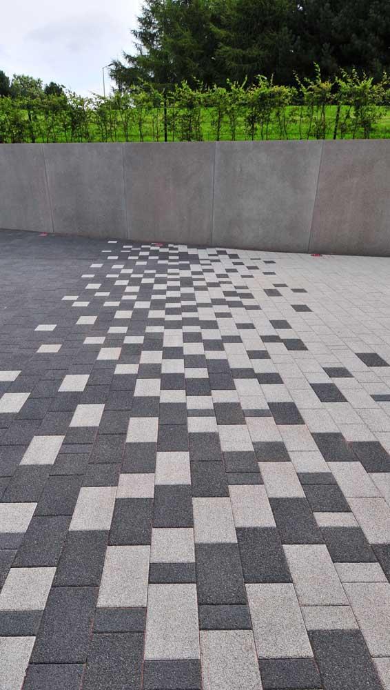 Piso intertravado em duas cores formando um bonito efeito visual no chão