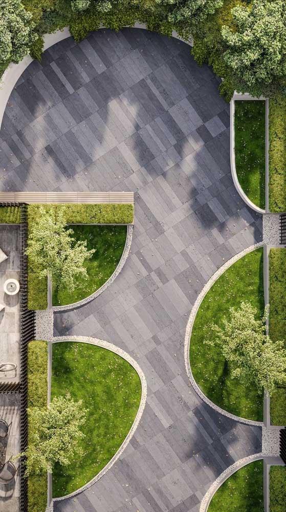Jardim com piso intertravado no centro