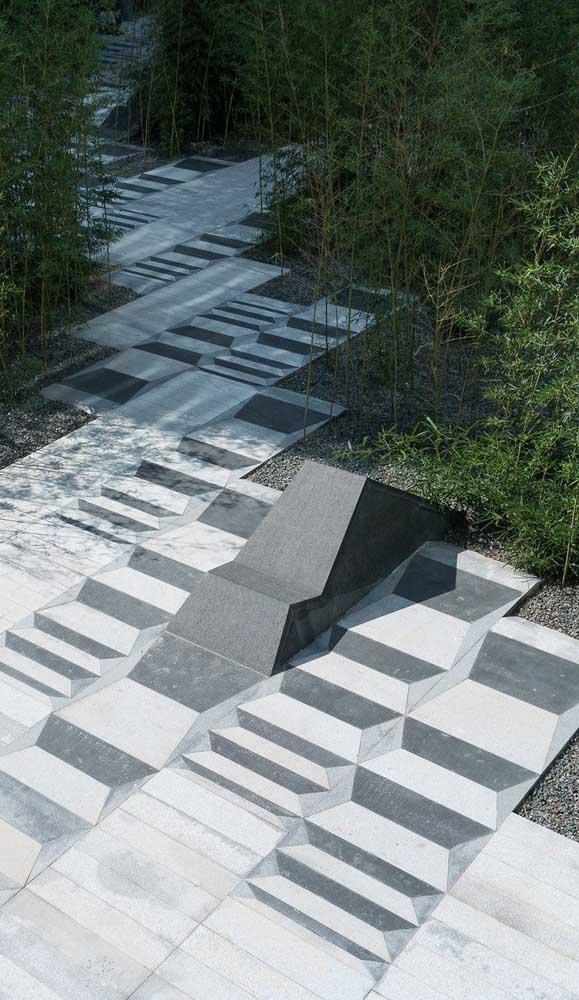 Aqui, o desenho do piso intertravado forma um interessando efeito de ilusão de ótica