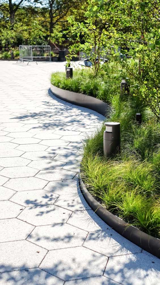 As contenções laterais são fundamentais para garantir a durabilidade do piso intertravado