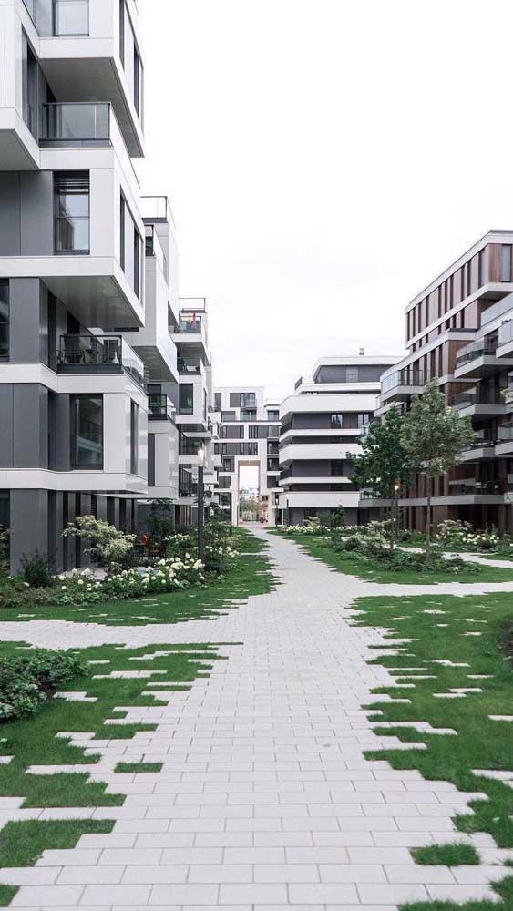 Lindo e criativo efeito entre o piso intertravado e a grama