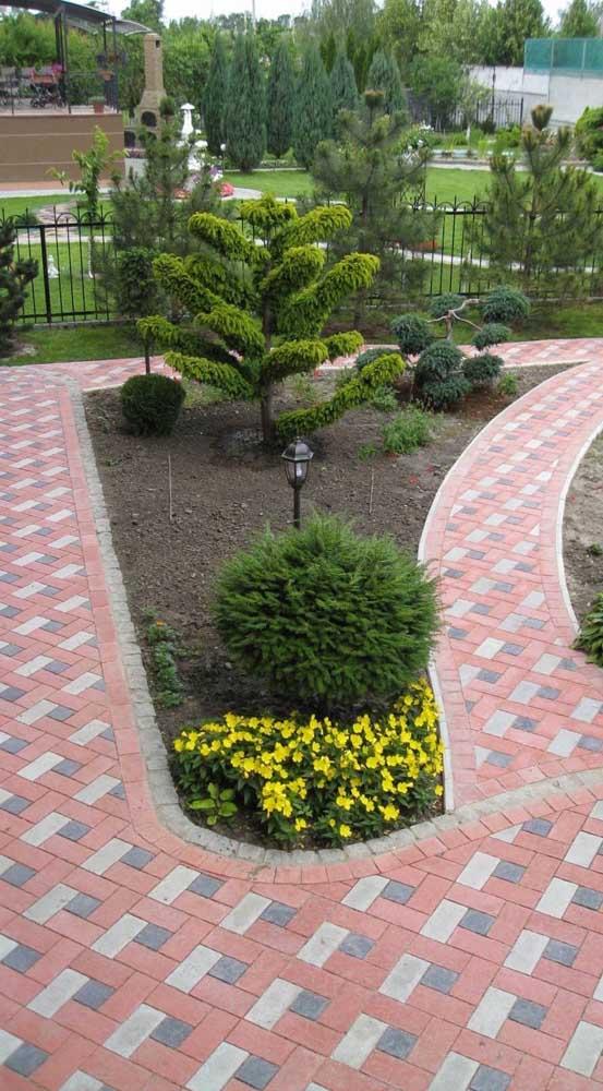 Piso intertravado colorido para formar o caminho do jardim da casa