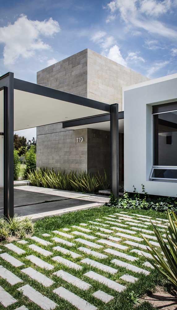 Piso intertravado para garagem residencial intercalado pelo uso de grama