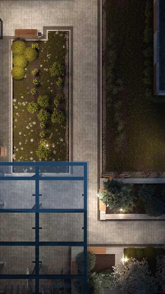 Aqui, o piso intertravado foi utilizado para criar caminhos em meio ao jardim do prédio