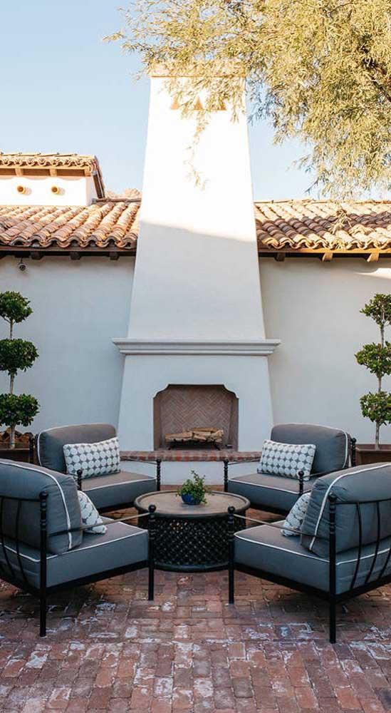 O tom de terracota garante um toque rústico e acolhedor ao piso intertravado usado na área externa da casa