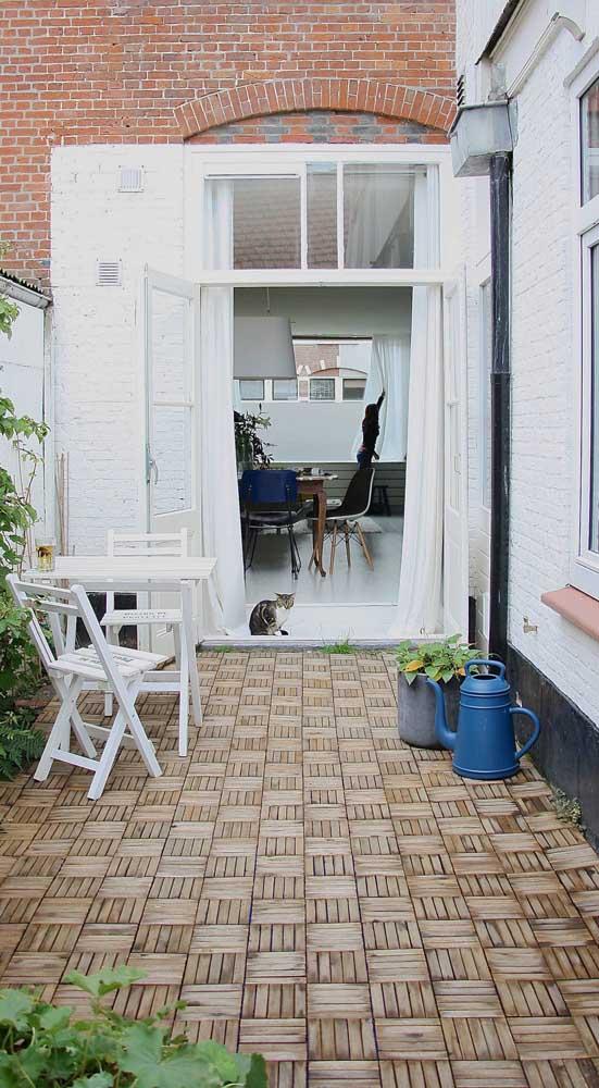 Charmoso piso intertravado em tons de marrom para a pequena área externa da casa