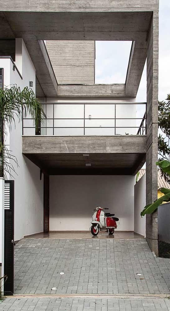 Piso intertravado para a calçada e a garagem: importante utilizar um piso de espessura maior para suportar a passagem do carro