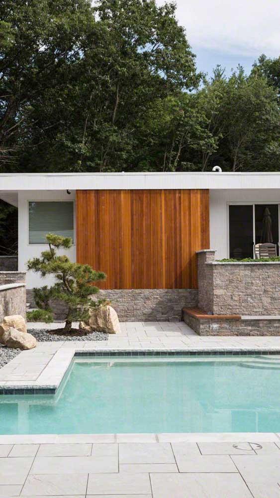 O piso intertravado é uma boa opção para o entorno de piscinas, uma vez que o material é naturalmente antiderrapante