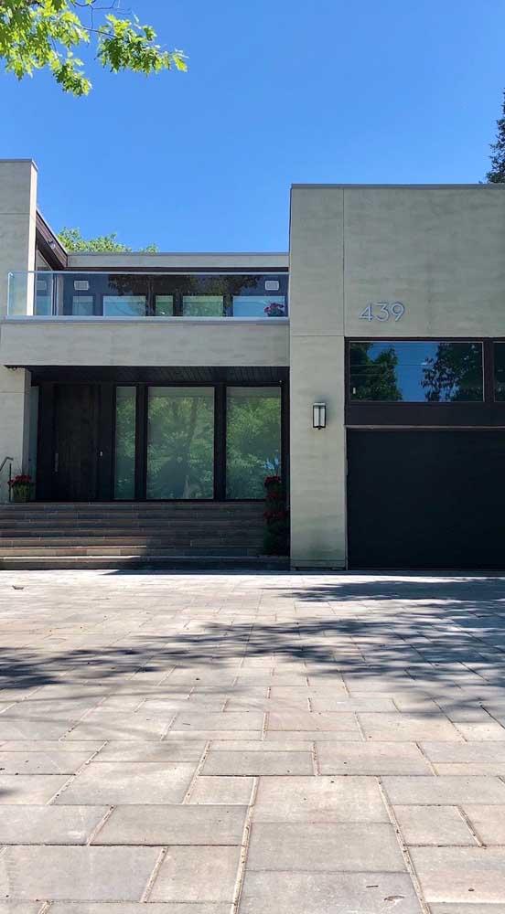 Agora se a fachada for clara e neutra, vale apostar em um piso intertravado de cor cinza