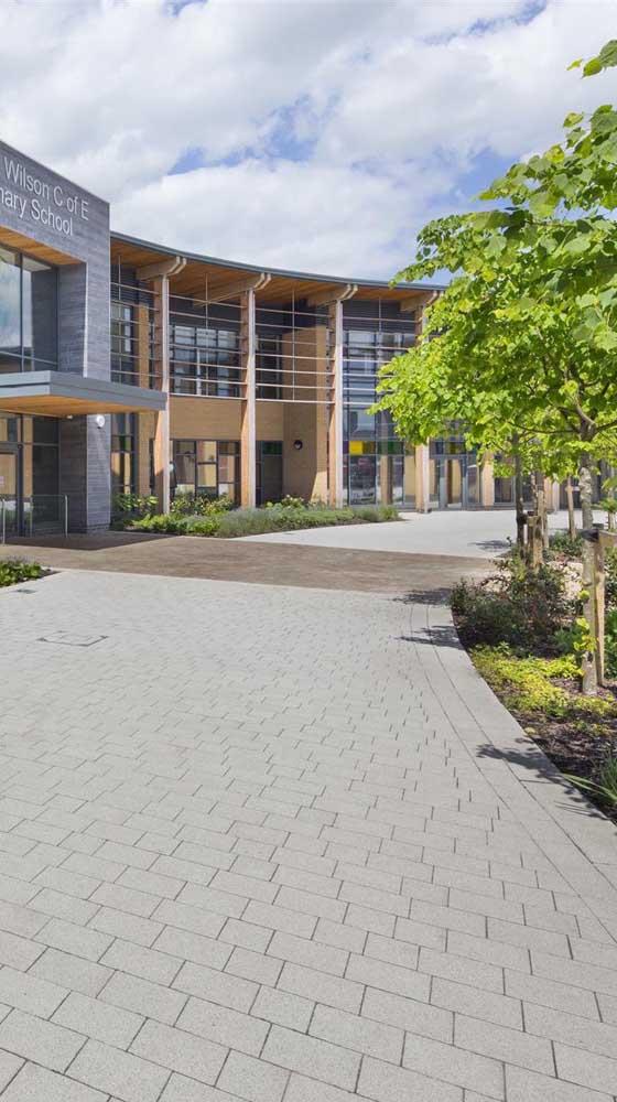 Seja para pedestres ou para carros, o piso intertravado é sempre uma ótima opção estética e funcional