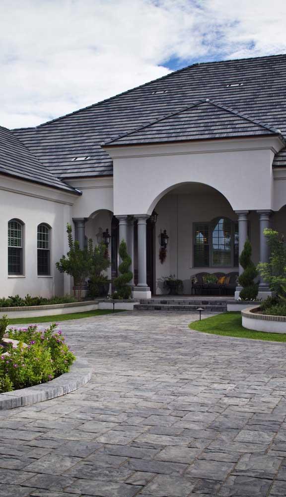 Piso intertravado rústico para a entrada da casa de arquitetura clássica