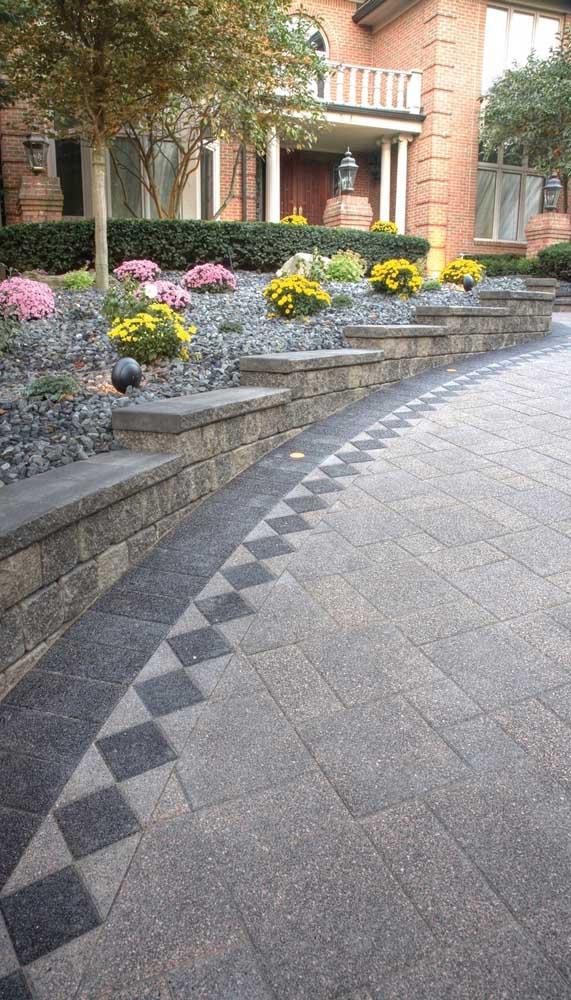 Uma linda composição feita com o piso intertravado em dois tons de cinza