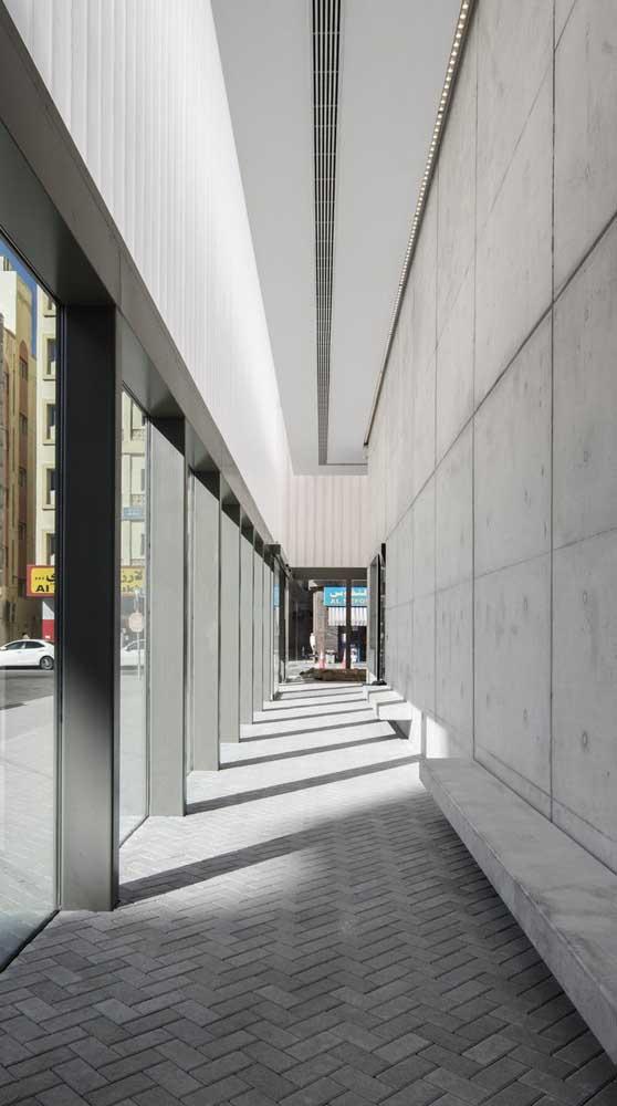 Espaço comercial com piso intertravado instalado no corredor externo e com paginação de espinha de peixe