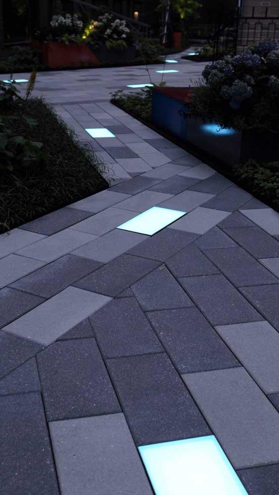 Caminho de piso intertravado para residência. Repare que foi utilizado sinalizador luminoso em toda extensão do piso