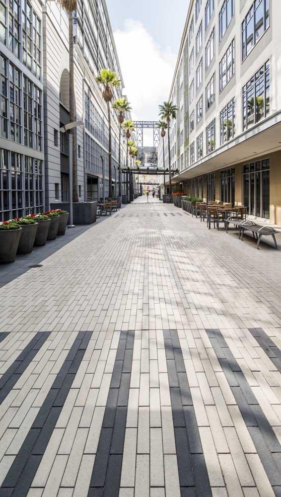 Passagem pública de pedestres toda projetada com piso intertravado