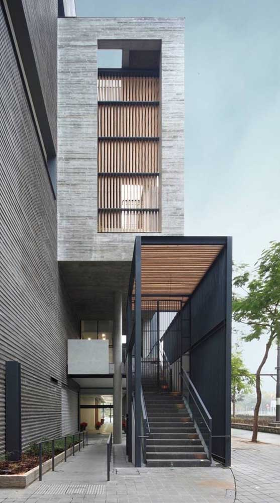 Construção moderna com calçada de piso intertravado. O tom natural do concreto foi mantido nas peças