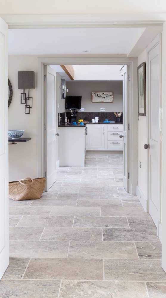 Que tal revestir todo o chão da casa com pedra mineira?