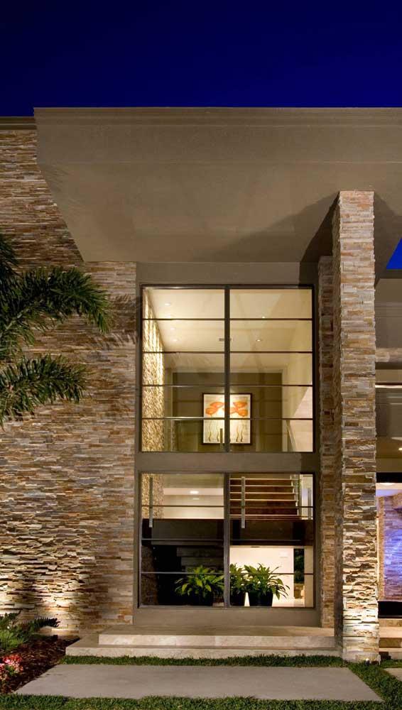 Fachada de casa moderna revestida com filetes de pedra mineira