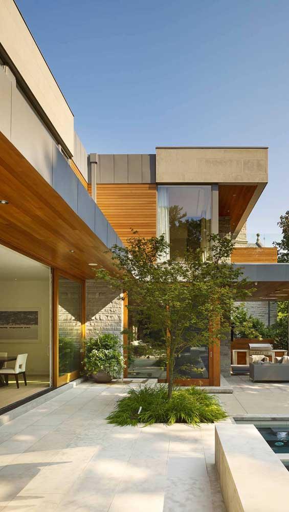 Essa casa super contemporânea, por exemplo, apostou no uso da pedra mineira no piso externo