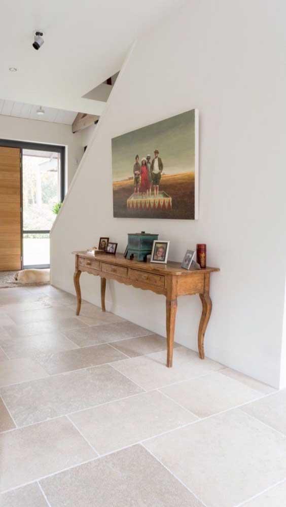Pedra mineira em tom de amarelo claro para compor o piso dessa casa moderna