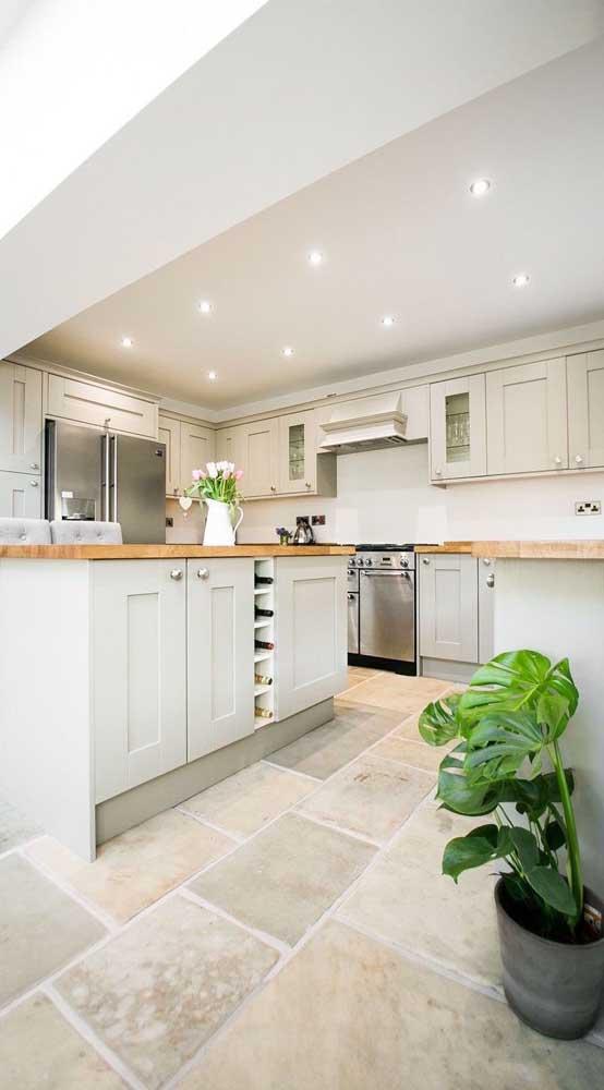 Cozinha clássica de marcenaria com piso de pedra mineira branca