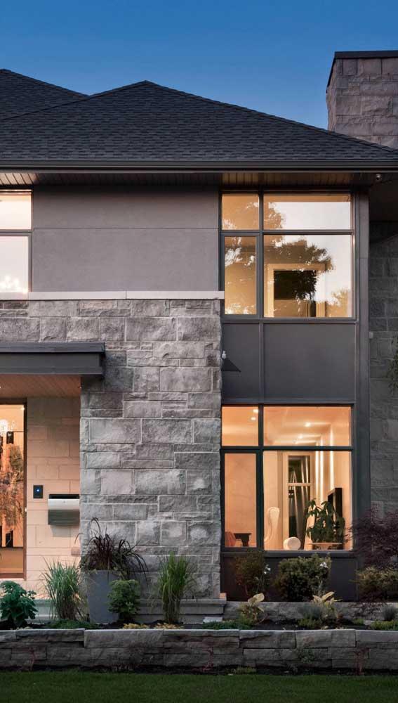 Pedra mineira cinza em estado bruto para a fachada da casa. O estilo rústico está garantido!