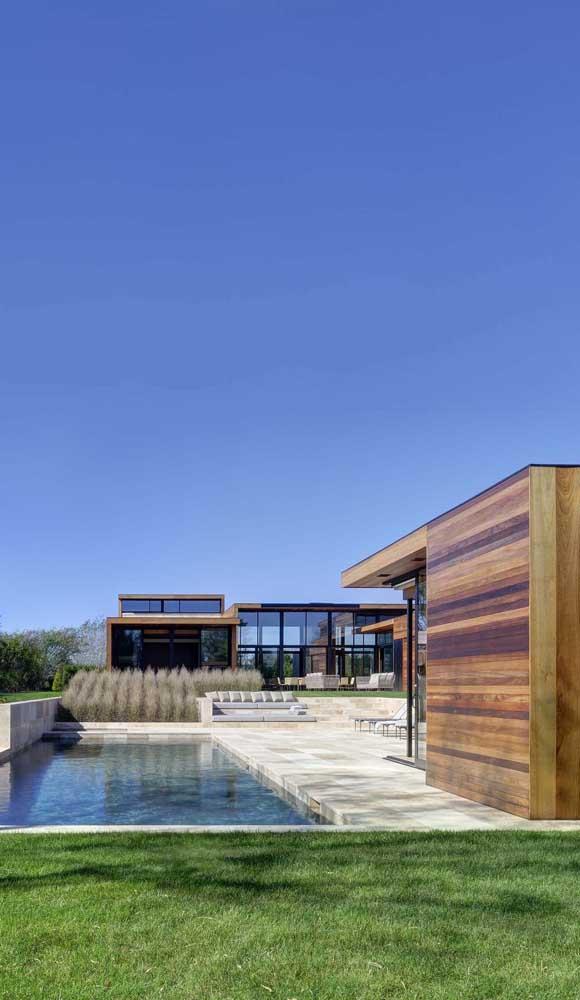 A porosidade da pedra mineira a torna ideal para espaços úmidos, como entornos de piscina