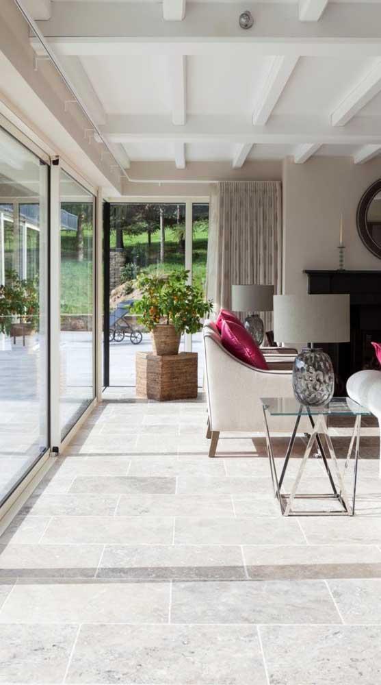 Quem disse que a sala de estar não fica aconchegante com um piso de pedra?