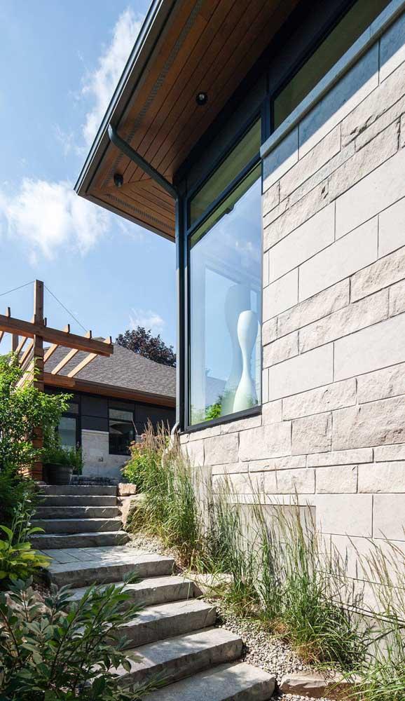 Entrada de casa rústica valorizada pelo uso da pedra mineira