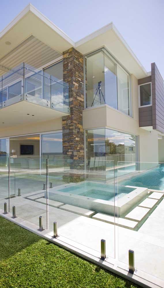 Essa casa sofisticada se destaca pelo piso de pedra mineira e pela coluna de pedra ferro