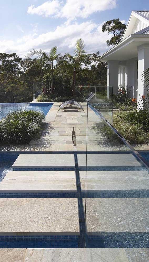 Pedra mineira em formatos diferentes no entorno dessa piscina