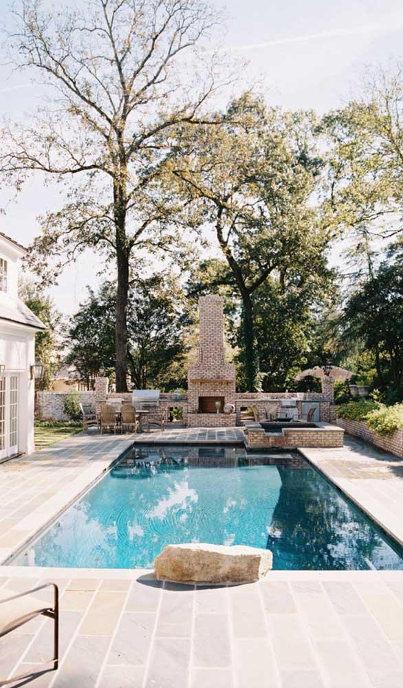 Para as casas de estilo mais clássico, a pedra mineira branca é uma ótima opção
