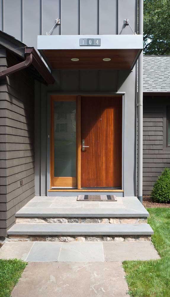 Entrada da casa com piso de pedra mineira contornado pela grama