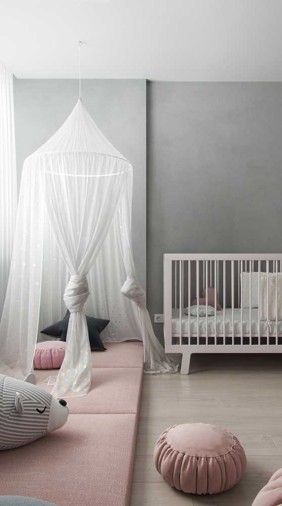Cabana infantil no quarto de bebê. Essa aqui foi suspensa pelo teto e ganhou tecido voil para ficar mais delicada