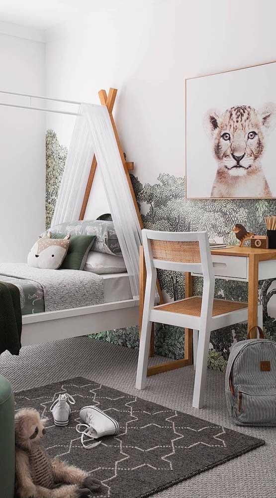 Aqui, o clima de safari combinou super bem com a cabaninha montada sobre a estrutura da cama