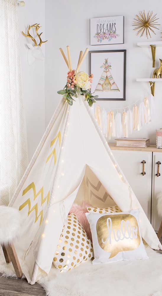 Cabana de índio no quarto infantil. Almofadas completam o cenário