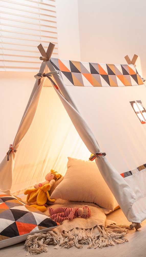 A iluminação dentro da cabana permite que a criança leia e se divirta com os livros