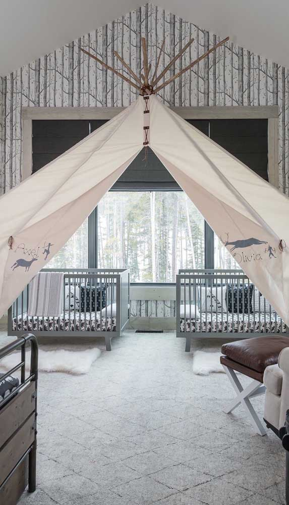Nesse quarto compartilhado, a cabana se estende sobre as duas camas