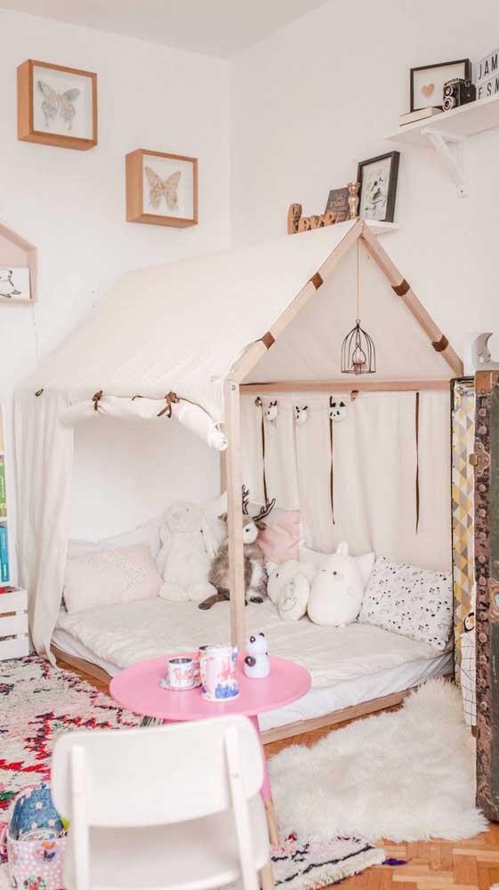 A cama Montessori pode muito bem se transformar em uma cabaninha