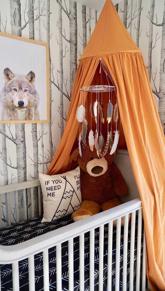 Não só a cama, como o berço também! Esse aqui, inclusive, ganhou uma decoração toda voltada a cultura indígena